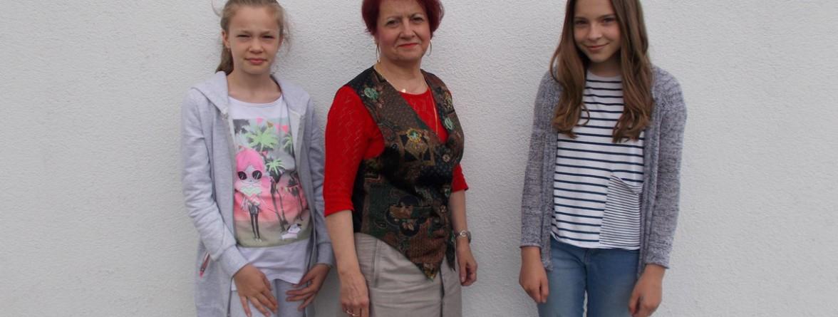 od lewej Wiktoria Bacajewska, pani Jolanta Begińska, Julia Piechota