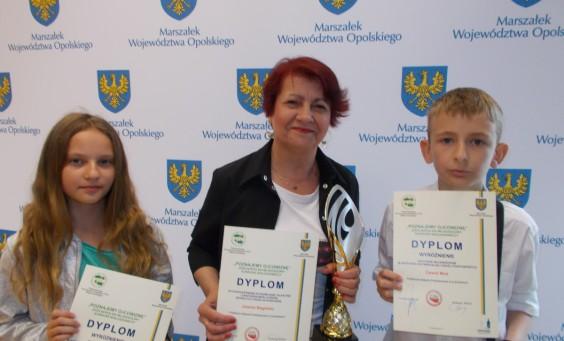 Od lewej Wanessa Sowa pani Jolanta Begińska, Dawid Woś