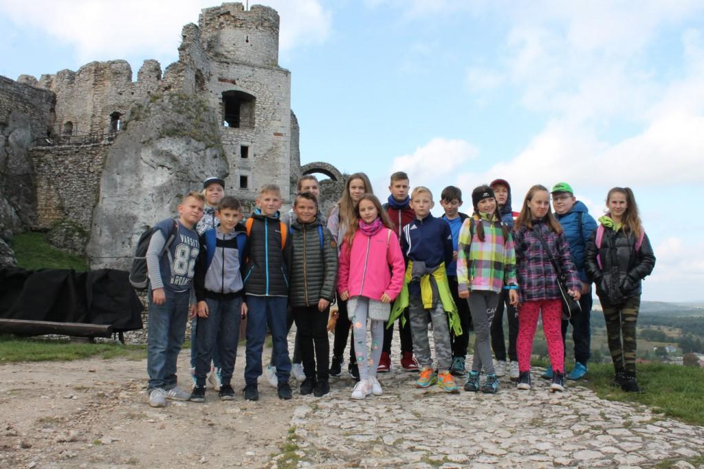 Uczniowie kl. VI na tle zamku w Ogrodzieńcu