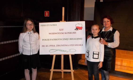 Recytatorki (od lewej) Ewa Archacka i Amelia Sossna