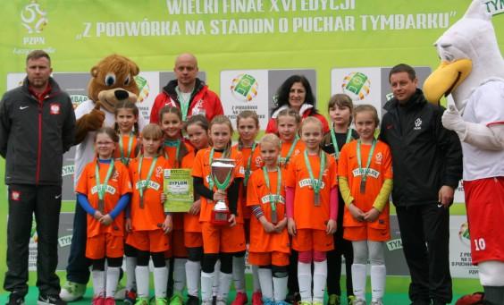 opiekun drużyny U10 Wiesława Palt i trener Dariusz Palt z super dziewczynami