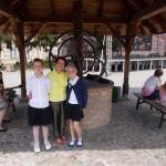 od lewej laureatka Oliwia Król opiekunka Jolanta Begińska i Emilia Trela