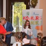 Dyplom Wyróżnienia odbiera uczennica kl. VI Ewa Archacka