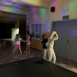 tańczący uczniowie
