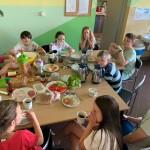 uczniowie przy posiłku